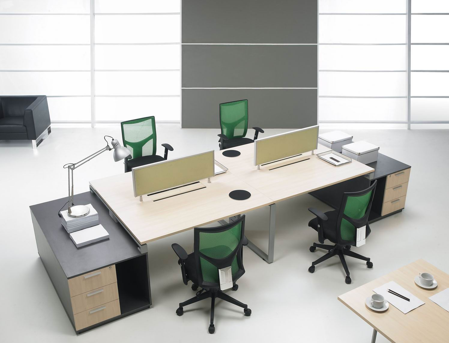 注:本文由上海明亞家具官網首發,轉載需注明出處。  辦公室家具是整個公司文化、經濟、品味的體現,不過,好的家具對企業來說都是一個不小的開支,那么如何能做到最少的投資又能保證整體效果呢?科爾卡諾在這里科普一些辦公室家具省錢的細節?,F在家具市場上有很多游擊隊,表面上看起來他們比正規家具公司要省錢,但是實際上游擊隊在管理和監督上還有做工上都良莠不齊,購買完后可能還需要二次加工,造成更大的資金浪費。